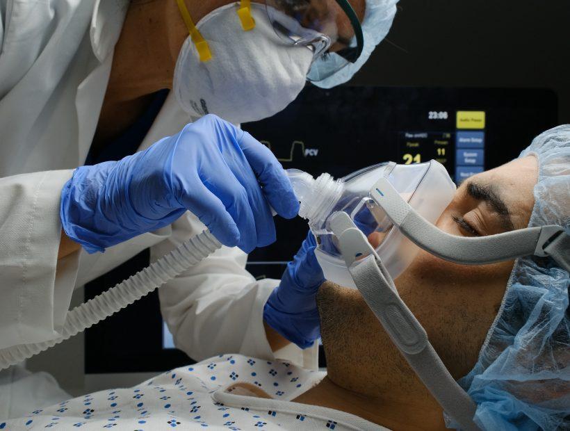 icu travel nurse using ventilator covid treatment